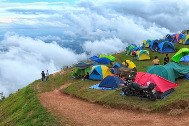 Many tourist camps on the cliffs to see the mist