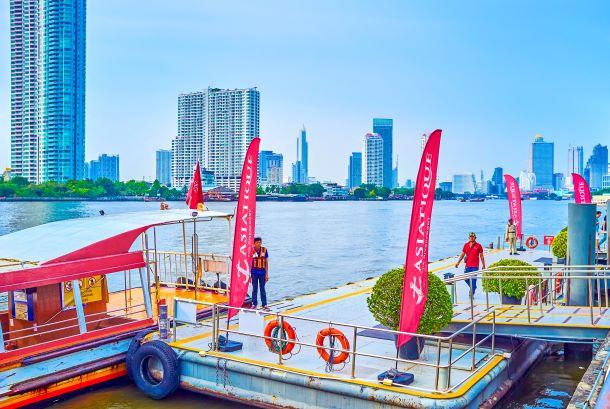 The ferry arrives to the Asiatique center's pier