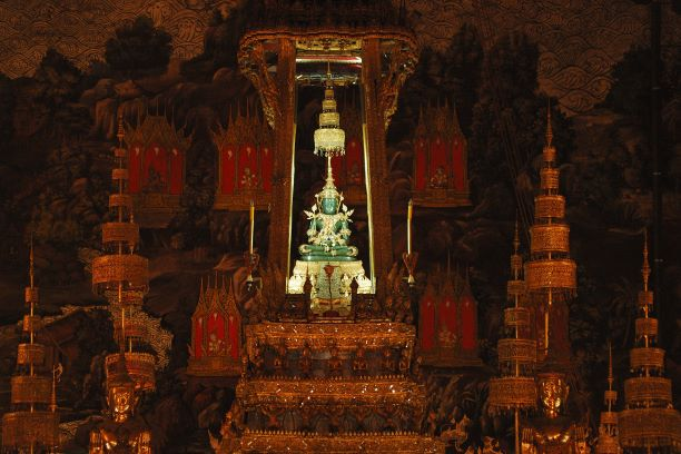 the emeral buddha change from Winter to Summer attire-What Phra Kaew Bangkok