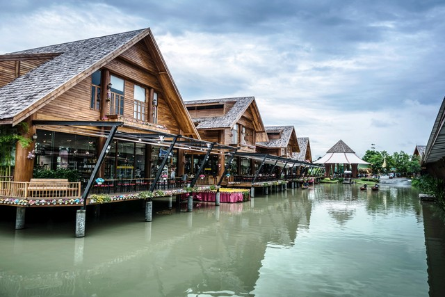 Travel and shopping in Pattaya Floating Market four regions