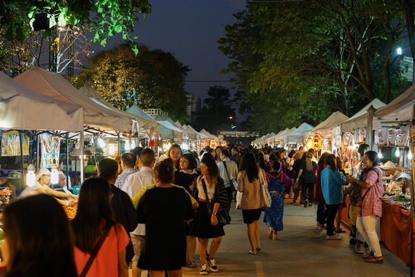 Tourists-choose-food-at-the-Saturday-Night-Market-street-on-Jauary-20-2018-in-Chiang-Rai-Thailand