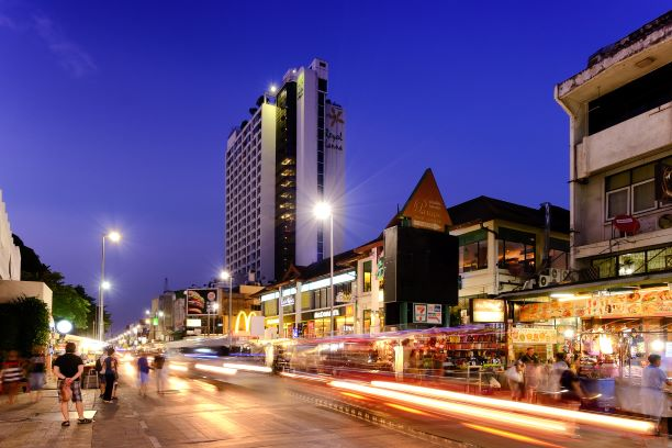 Chiang Mai Night Bazaar has been the famous shopping spot in Chiang Mai for the decades with the visitors that mostly are foreigners and Thai tourists.