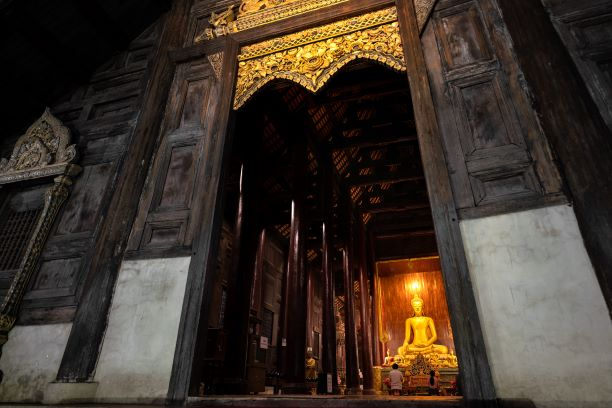 Wat Pan Tao is in Chiang Saen in the structure made from teakwood with the angle bead